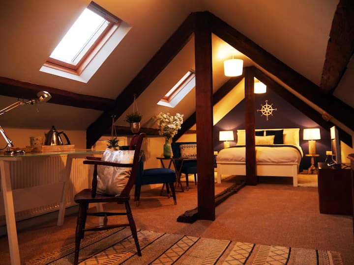 Cosy Attic Room in Country House Hotel