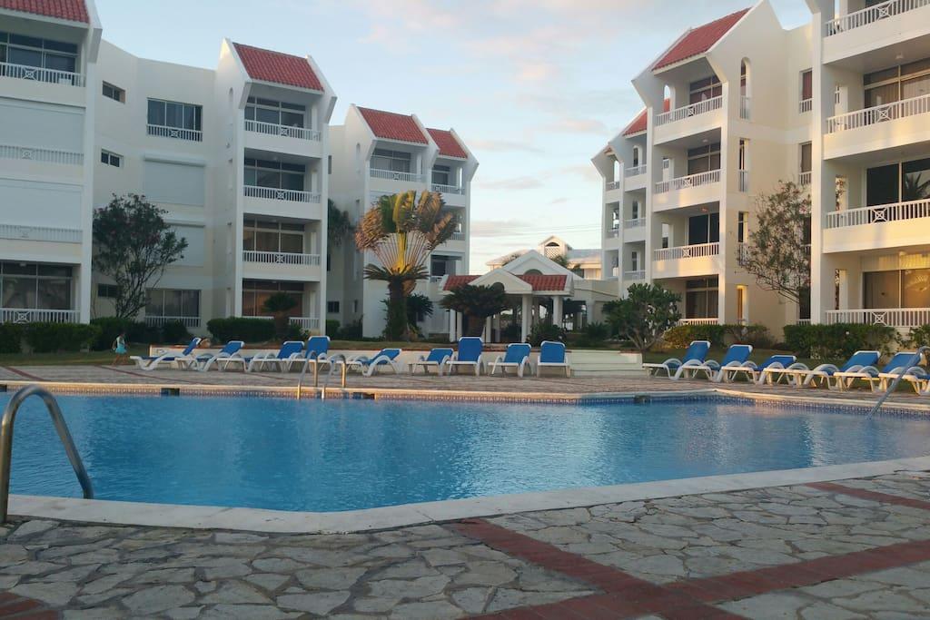 Condiminio con due piscine per adulti e bambini bar e ristorante interni..