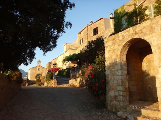 Arrivée sur la place du village