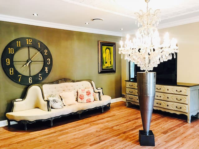 Luxurious Spacious Close To Montecasino 2