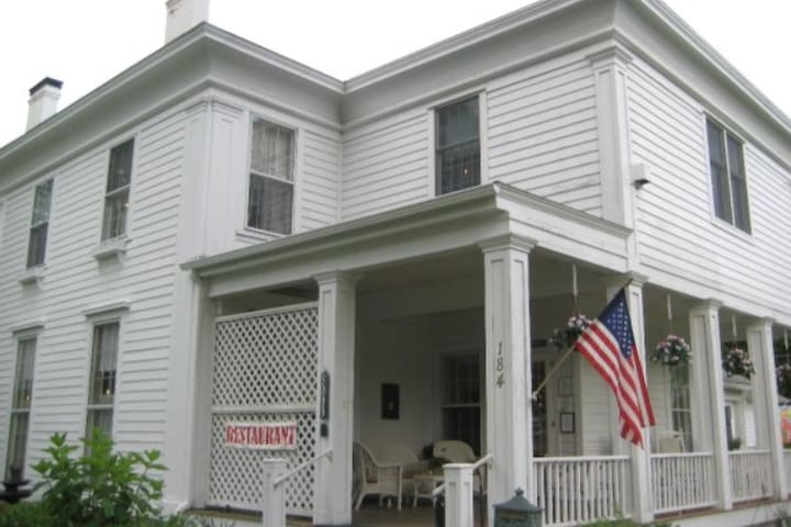 Comfortable room in historic inn - Schuylerville