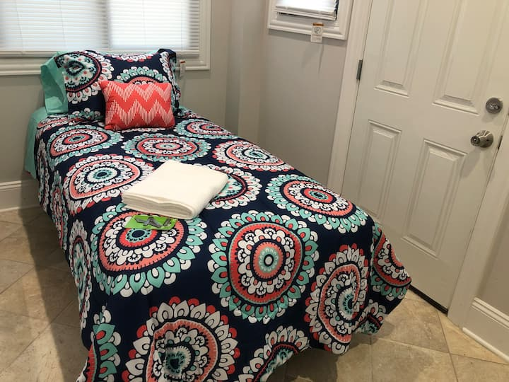 The Maywood Manor: Room 4 (Twin Bed, 1 Guest)