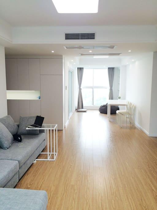 宽敞而明亮,去除一切不必要的物件,让客厅变得灵活,心情也会更清澈吧。