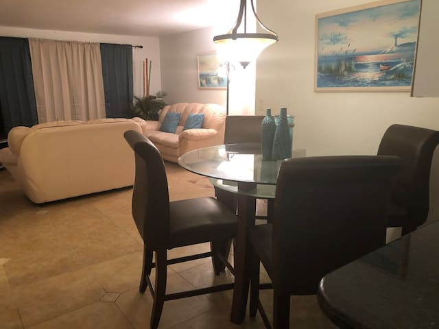 Cozy Condo in Central Sarasota!!