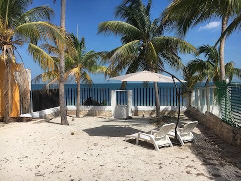 Habitación en la playa con vista al mar.  A
