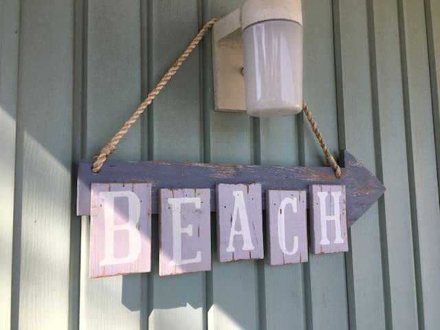 Beach Bungalow 1 Block from Ocean - หาดเวอร์จิเนีย