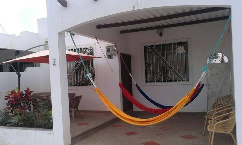Descanso y relax en el frente de la villa, 3 hamacas y un juego de comedor con parasol para su completa comodidad.
