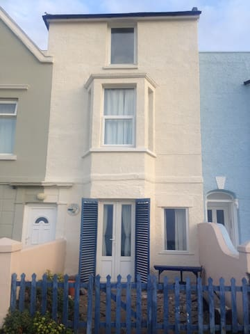 Albion Cottage, House on the beach - Sandgate - House
