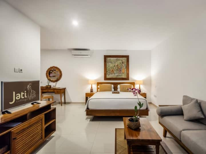 Spacious Room Offers a Balinese Natural Beauty