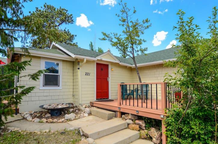 Cozy Cottage w/Views - Walk to Downtown Estes Park