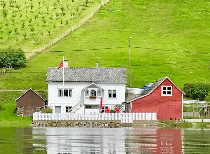 Cosy 1850s seafront cottage, Ulvik, HardangerFjord