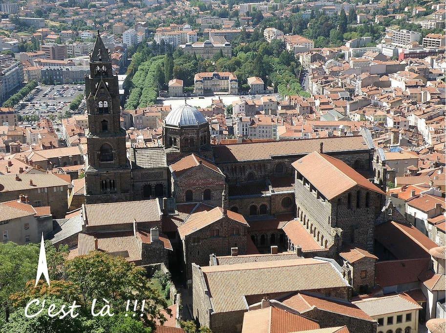 Le quartier vue de la Statue de la Vierge. Le toit de l'appartement est visible au pied du clocher à gauche.