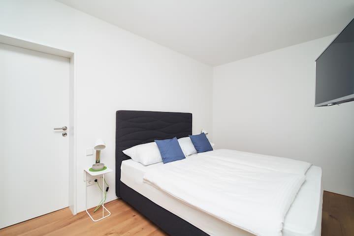 drittes Schlafzimmer mit Boxspring-Bett 160x200 im Untergeschoss