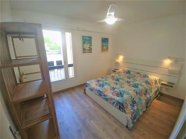 Votre chambre avec ventilateur intégré au plafonnier/Your cosy room