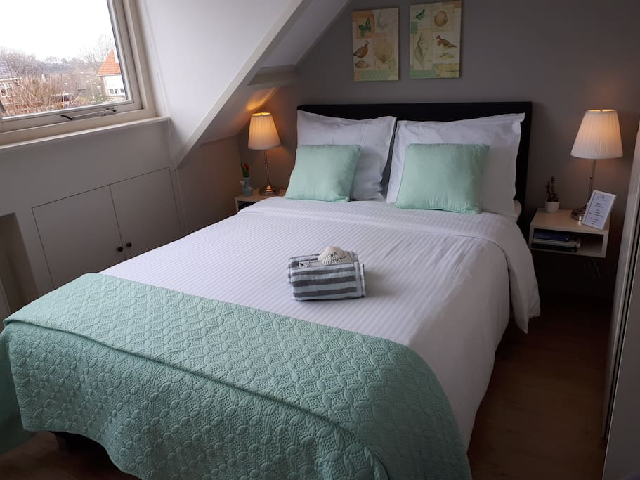 b b little bird kamer nabij centrum en strand bed and breakfasts for rent in noordwijk. Black Bedroom Furniture Sets. Home Design Ideas