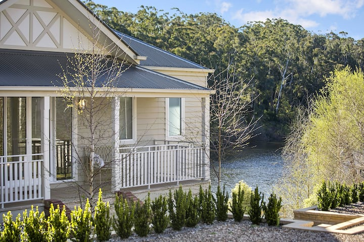 Lakes Edge - Luxury Group Accommodation for 12!