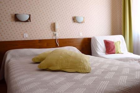 Chambre d'hôtel avec cuisine et salon à partager