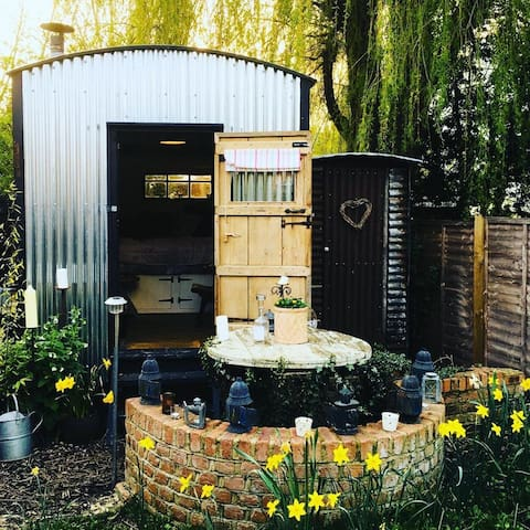 Shepherds Hut Suffolk, Stowmarket #cosy #handmade