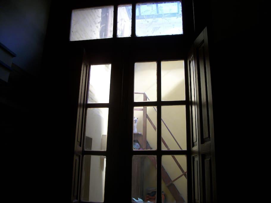 Habitación muy luminosa que da a patio interior con claraboya totalmente revatible.