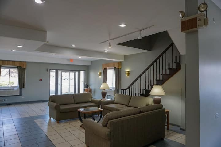 Smoke/ Smoke-free  Ext Stay  30 Minutes from Ohare