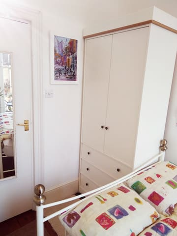 Hola, Salut, Ciao:) Beautiful room & sunny balcony