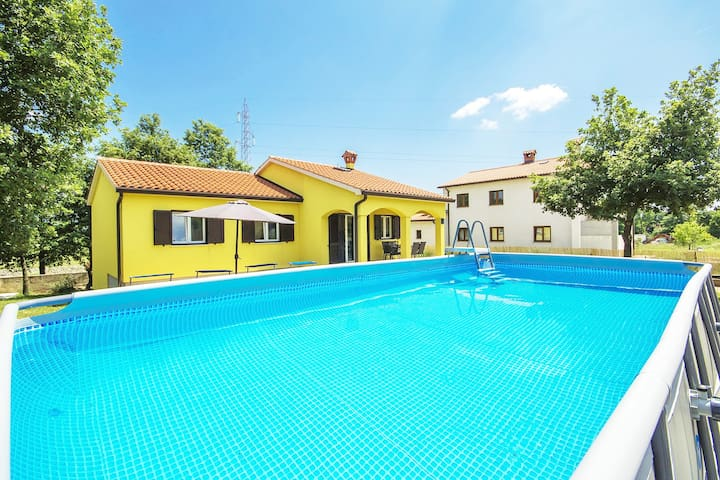 Perfect family house with pool and playground / pet friendly