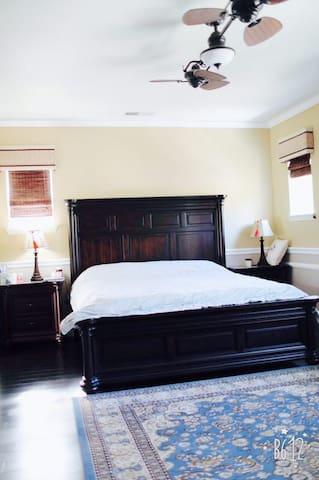 豪华主人大套房间,一张king床 带私人独立卫生间,门口有足够的停车位。