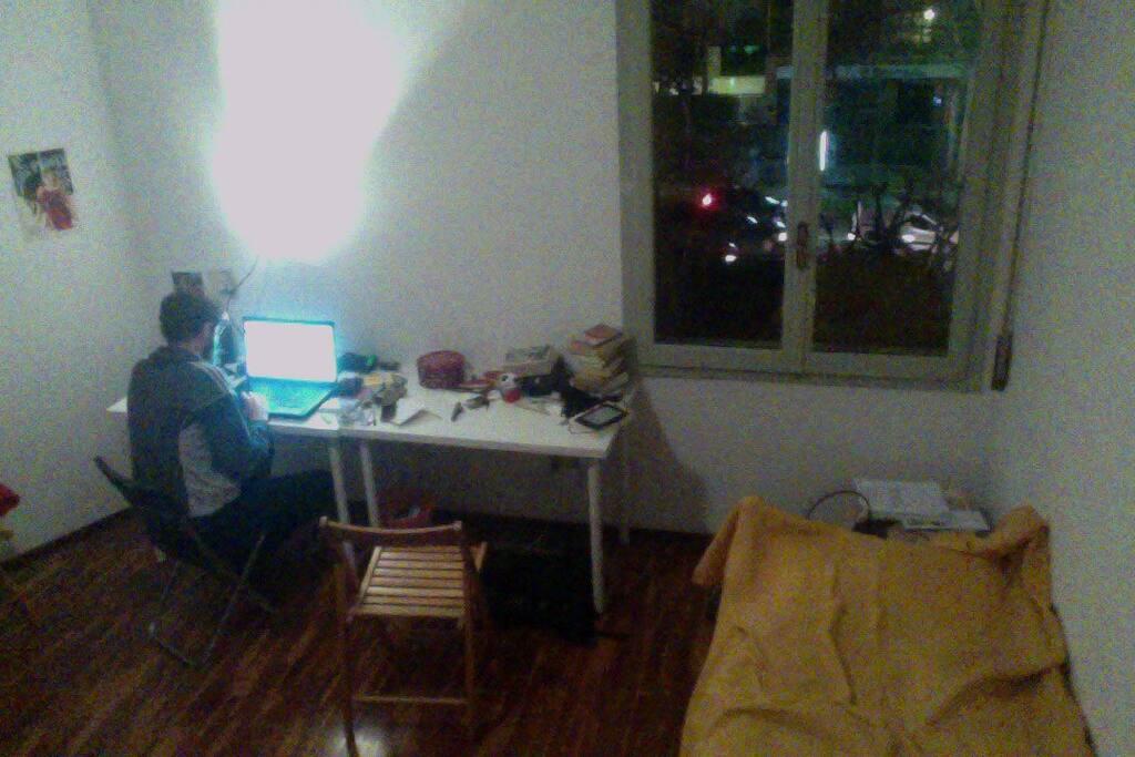 secondo dei due letti con la finestra e i due tavoli (uniti)