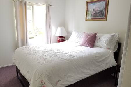 Queen size bed 20 mins from Monterey!