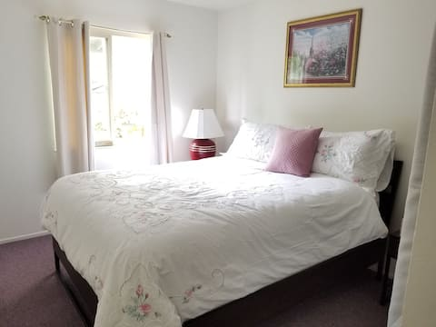 Full size bed 20 mins from Monterey!