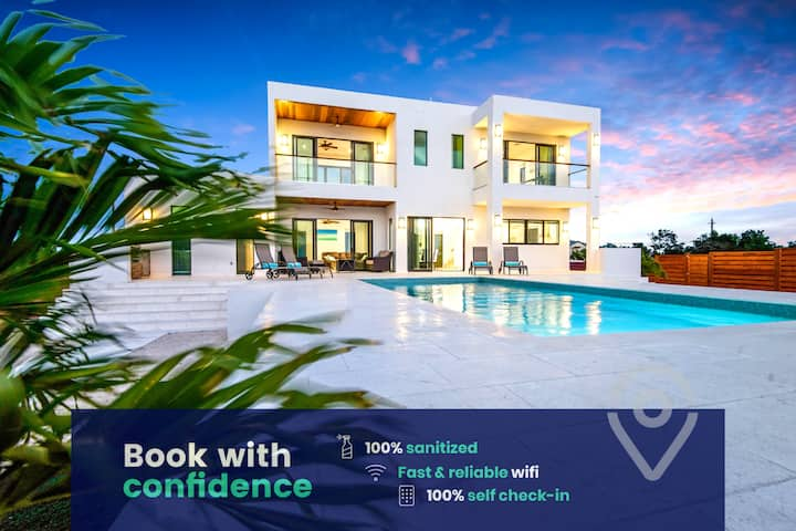 Luxury Villa: Private Pool, VIP Transport, Extras!