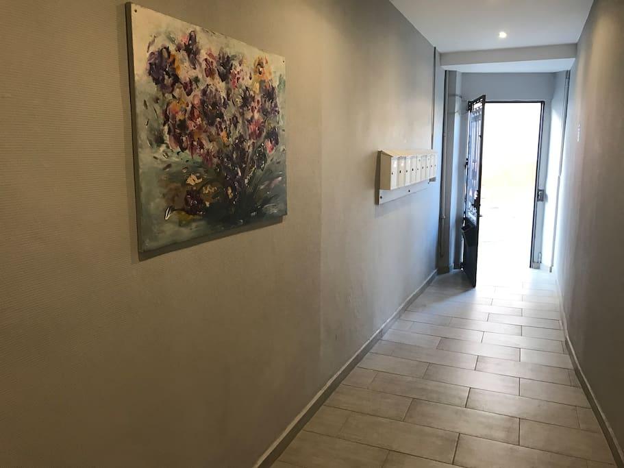 Hall de l'immeuble toujours propre et accueillant!