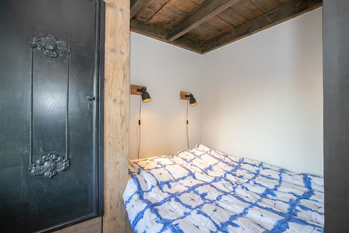 2-person historic Dutch boxbed, with automatic adjustable beds and TV