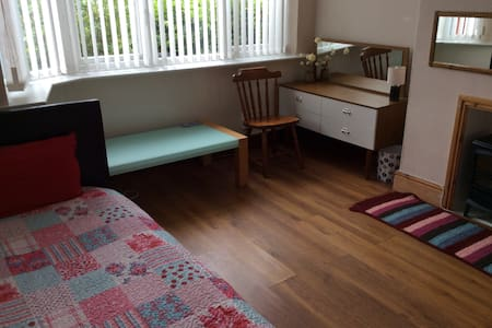 Large single room. Wifi.   - Merseyside
