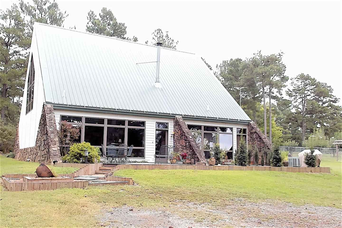 Come and relax and/or explore. Located 10 minutes from Russellville, AR. The back deck faces west to capture the view of Mt. Nebo and sunsets.