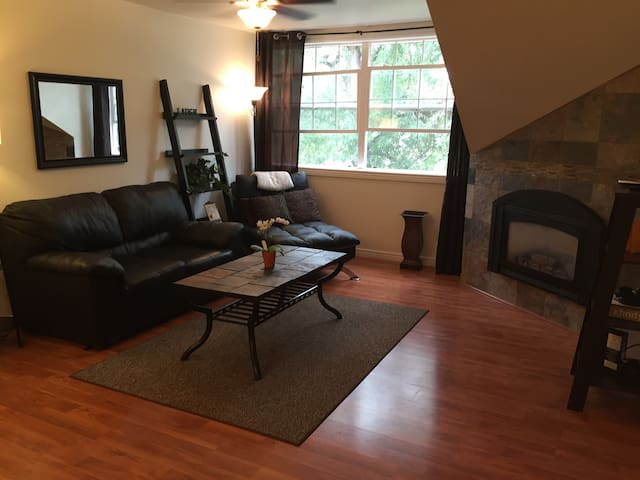 Live in the TREES! Remodeled Suite Retreat!