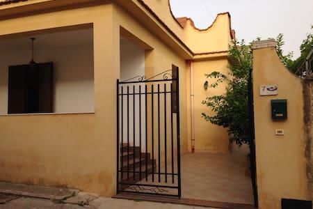 maison simple et tranquille au bord de la mer - Marinella