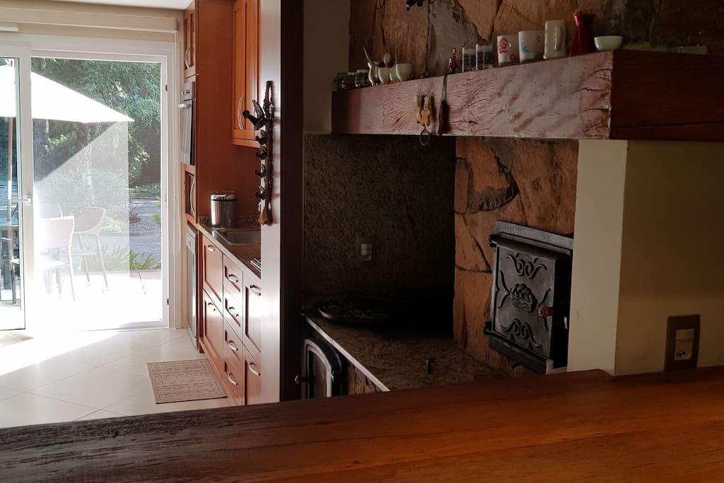 espaço gourmet, com forno e fogão a lenha