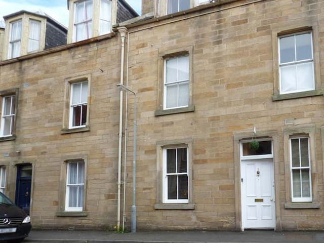 3 QUEEN MARYS BUILDINGS, with a garden in Jedburgh, Ref 947796