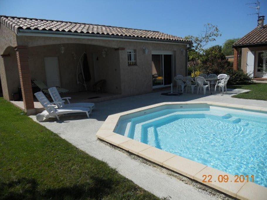 Maisonnette 2 personnes ds jardin piscine toulouse in for Piscine toulouse