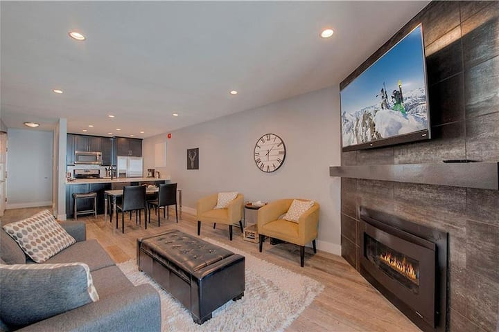 *Newly Remodeled* Modern Mountainside Condo