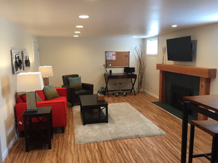 Modern 1 Bdrm Full Kitchen Retreat Near UW