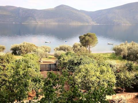 Waterfront Mediterranean Villa 1h from Athens
