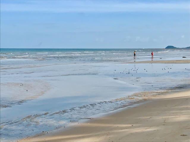 Lips noi Beach on sunny day