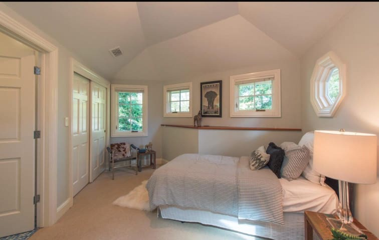 Charming room in old Palo Alto