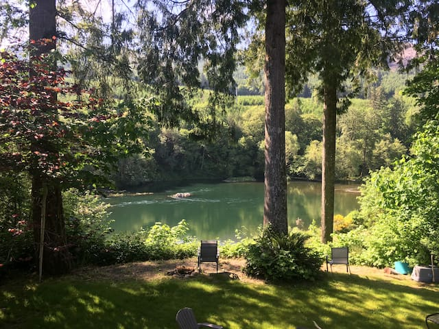 Blueberry Patch Farmhouse on the McKenzie River