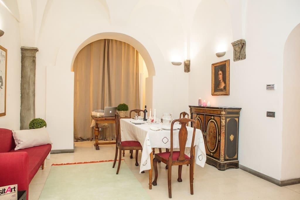 il salotto con il tavolo da pranzo