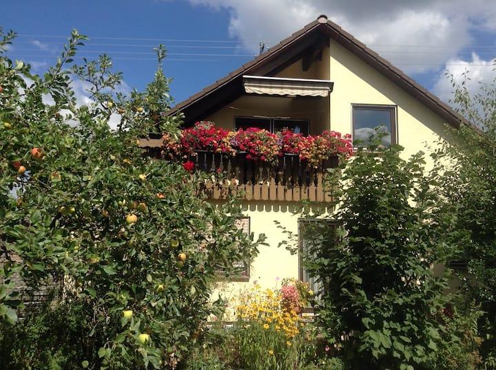 Sonnige Dachgeschoss-Wohnung m. Loggia