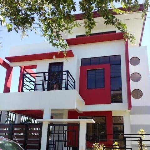 Cozy & Modern 2-Storey House 8-mins from SM City