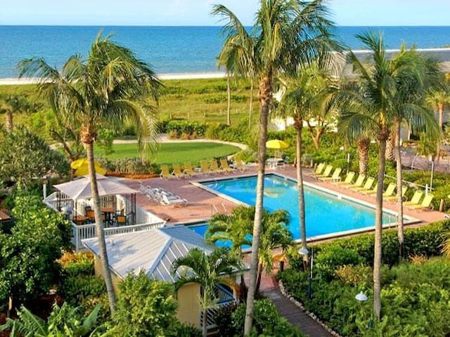 BEACH ESCAPE! COMFY GULF FRONT KING UNIT, POOL